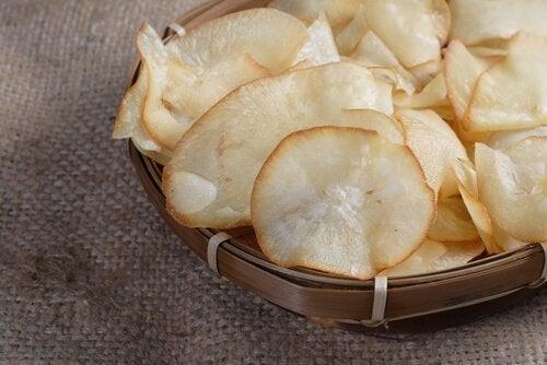 Chipsy z bakłażana możesz podać samodzielnie lub z sosami.