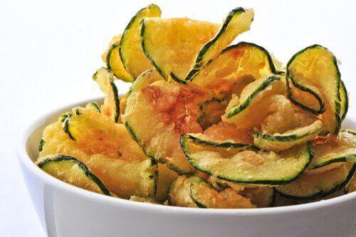 Wypróbuj chipsy z dyni lub z cukinii.