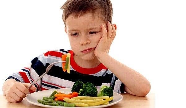 Chłopiec i talerz z warzywami