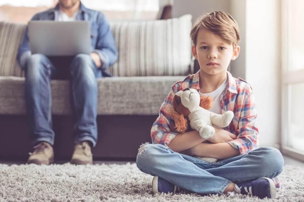 Chłopiec na dywanie i ojciec na kanapie