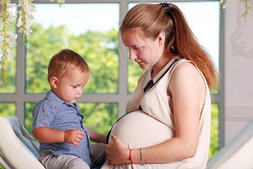 Kobieta w ciąży z drugim dzieckiem