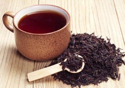 Kąpiele ziołowe i herbaciane to bardzo dobre sposoby na brzydki zapach stóp.