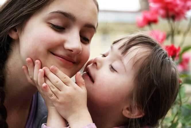 Dziewczynka i dziecko z zespołem downa