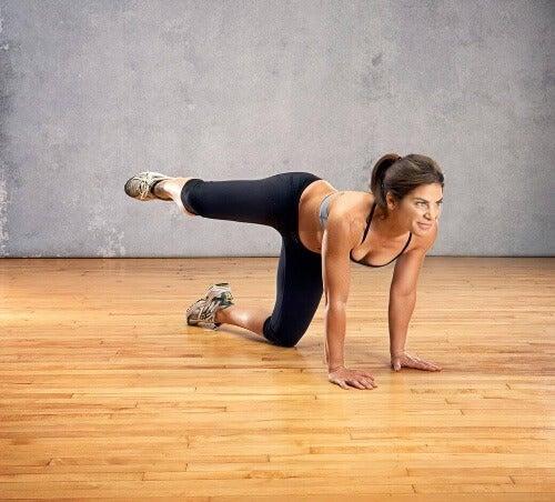 Podparcie na dłoniach i kolanach to świetna pozycja wyjściowa do kilku klasycznych ćwiczeń.