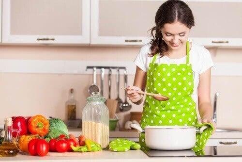 Kobieta w kuchni - zdrowe nawyki żywieniowe
