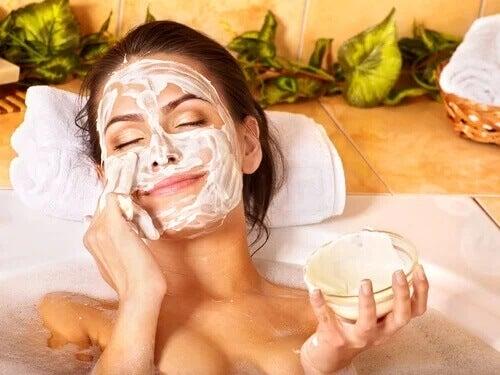Kobieta z maseczką na twarzy - cera po 40