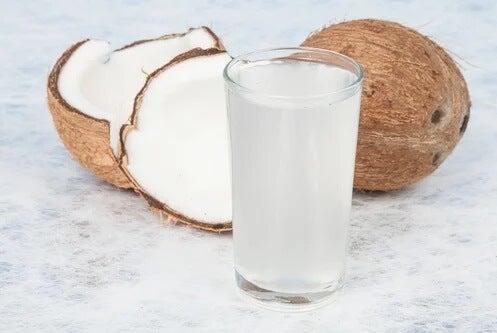 Kokos i zalety wody kokosowej