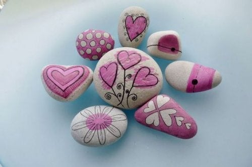 Wykorzystaj skały i kamienie do ozdoby i stworzenia ścieżek.