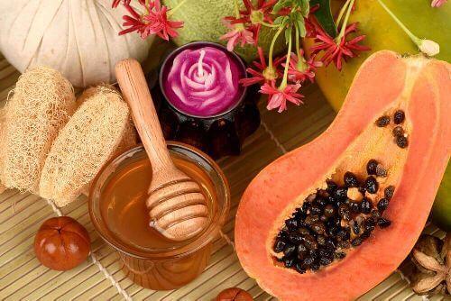 Miód i papaja na plamy starcze