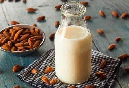 Sklepowe mleko migdałowe jest często wzbogacane witaminami.