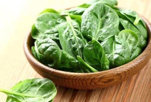 Zielone smoothie odchudzające warto oprzeć na bazie ze szpinaku.