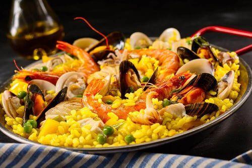 Paella z owocami morza jako przykład potrawy z ryżu