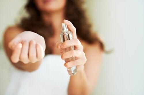 Perfumy powodują plamy od słońca