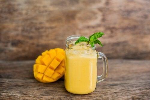 Egzotyczny smak mango równoważy smak szpinaku.