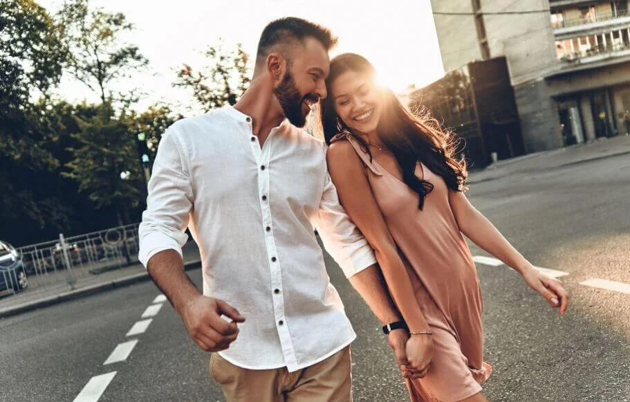Szczęśliwa para na ulicy