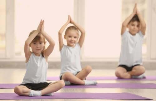 ćwiczenia fizyczne z dziećmi