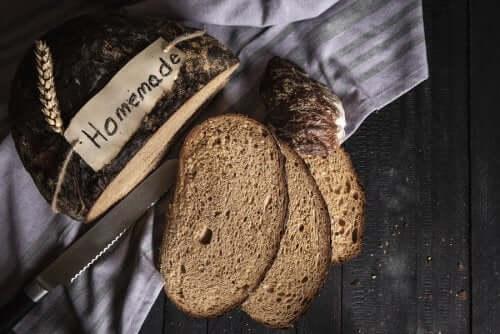 Domowy chleb z mąki żytniej i orkiszowej