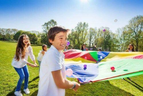 Dzieci bawią się na dworze