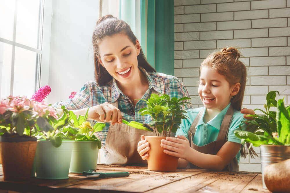 Matka i córka sadzą rośliny