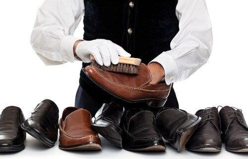 Osoba czyszcząca skórzane buty
