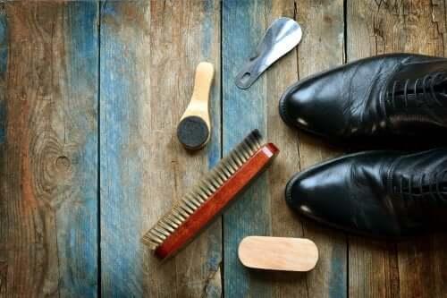 Skórzane buty: 5 przydatnych wskazówek, jak je czyścić