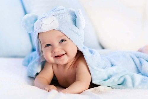 uśmiechnięte niemowle a zdolność motoryczna