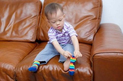 Zakładanie skarpetek przez dziecko