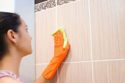 czyszczenie ścian z kafelkami
