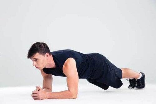 Szybkie ćwiczenia na brzuch: deska lub plank.