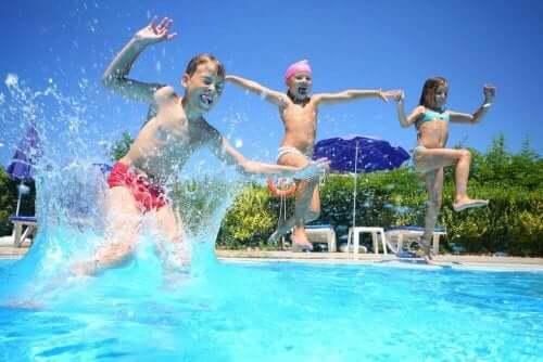 Dzieci skaczą do basenu