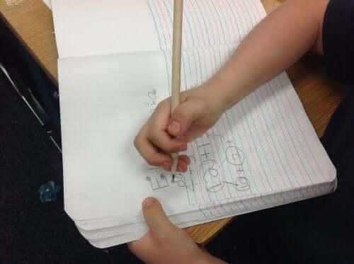 Dziecko pisze w zeszycie