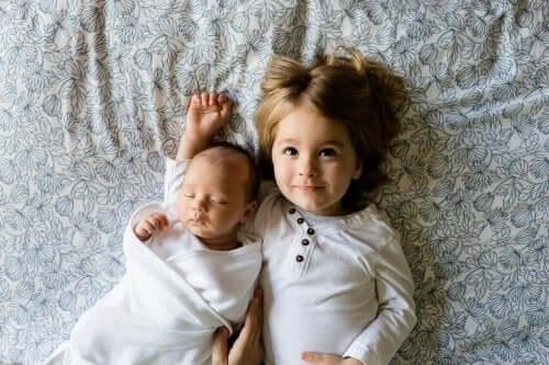 Dziewczynka i noworodek