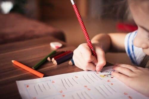 Dziewczynka pisze - nauka ortografii