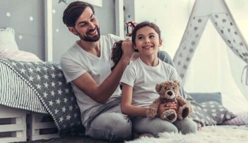 Mężczyzna czesze dziewczynce włosy