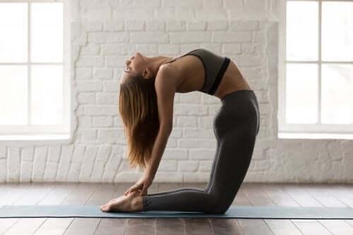 Pozycje jogi na mięśnie brzucha – 5 asan
