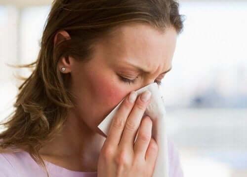 kobieta czyści nos