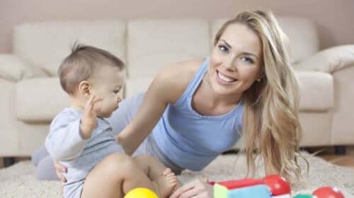 Kobieta i dziecko na podłodze