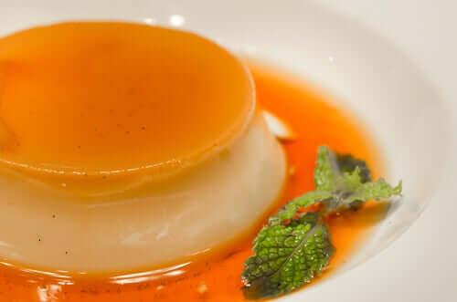 Krem pomarańczowy na talerzu