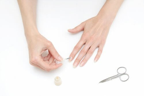 Malować paznokcie nie plamiąc palców - poznaj sekret