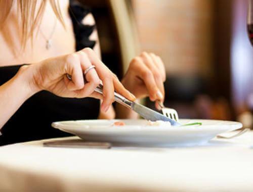 Spożywanie posiłku nożem i widelcem - chwyty psychologiczne