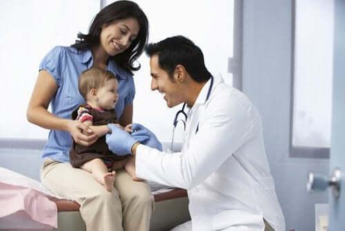 Pediatra diagnozuje zespół nerczycowy u dziecka