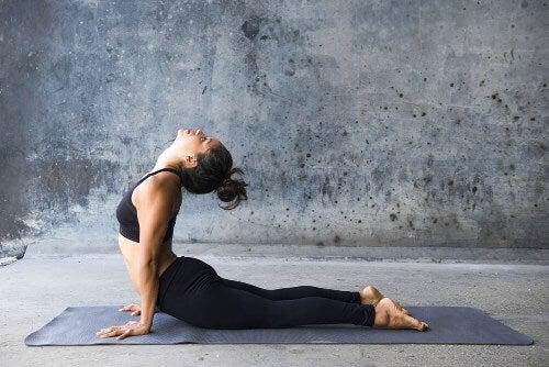 Pozycje jogi na mięśnie brzucha