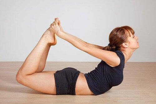 Pozycje jogi na mięśnie brzucha - łuk