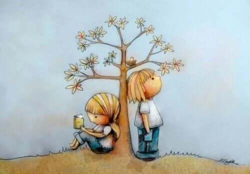 Rysunek dzieci przy drzewie