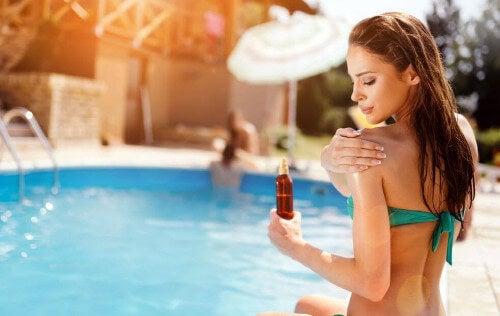 Smarowanie olejkiem pomaga ujędrnić skórę