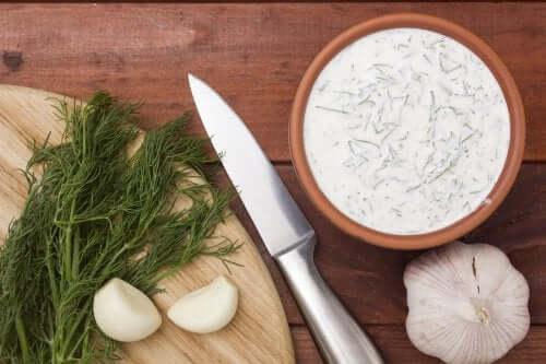 Sos tatarski i czosnkowy  - przygotuj je w domu