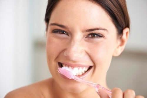 Mycie zębów sodą - naturalne wybielanie zębów