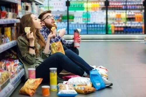 ludzie jedzą w sklepie - chwyty psychologiczne na schudnięcie