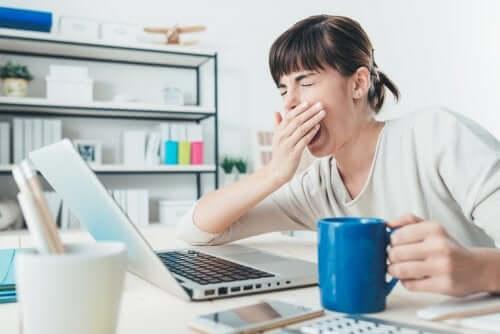 Kobieta ziewa przed komputerem
