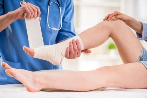 Skręcona kostka - bandażowanie